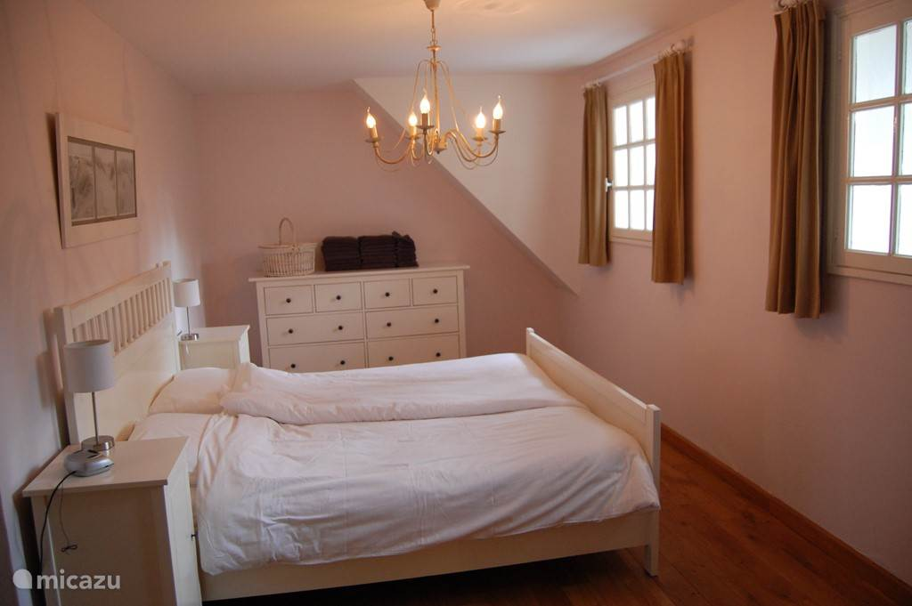 Zeer ruime (20m2) slaapkamer met 2 persoonsbed.