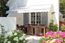 Voor de zomerperiode wanneer de zon mogelijk te fel is kunt u de zonneluifel uitdraaien of alternatief aan de achterzijde van het huis op het 2e terras gaan zitten.