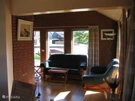 vanuit de keuken een blik op de woonkamer