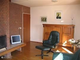 de woonkamer met open haard