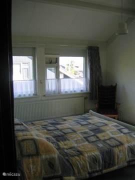 de grote slaapkamer boven