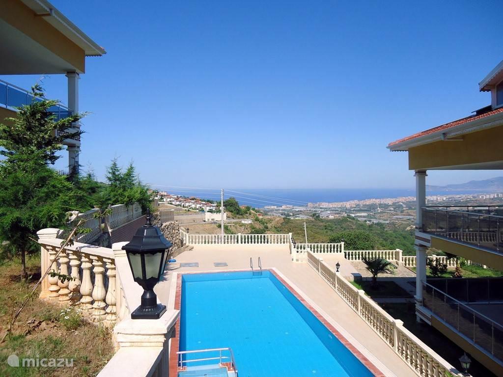 Vanuit het huis, het zwembad en de tuin wordt een schitterend  uitzicht geboden over de baai van Alanya en het berglandschap.