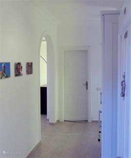 Bij binnenkomst:  links naar de woonkamer, keuken en terras; rechts naar de slaapkamers; rechtdoor naar de badkamer