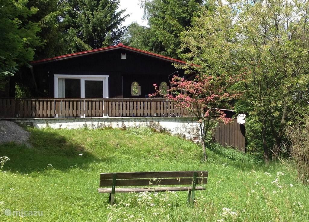 Huis vanuit de tuin, heerlijk vrij gelegen en toch dicht bij het dorp