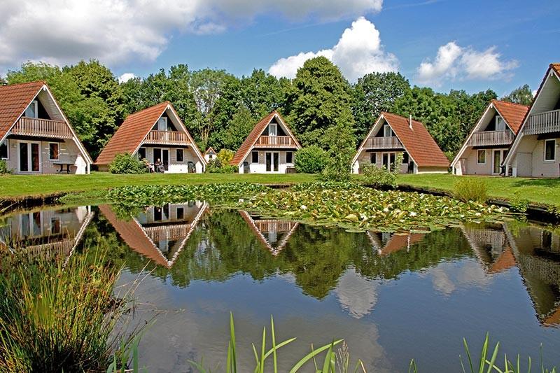 Fijn verblijf in gezellige bungalow, terras aan visvijver. Leuk park met o.m. zwembad, restaurant etc  In de landelijke omgeving is veel te ontdekken