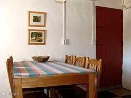 De eettafel in een van de woonkamers