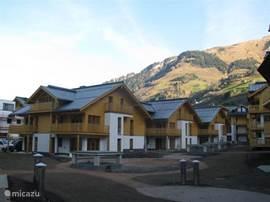 Prachtig gelegen appartementencomplex in het gezellige dorp Rauris; omgeven door de mooie natuur in het Nat. Park Hohe Tauern. Het luxe appartement (71 m2) ligt op de begane grond beschikt over 3 slaapkamers, waarvan 1 kinderkamer, en 2 badkamers.