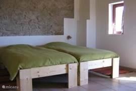 Slaapkamer met comfortabele bedden
