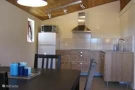 Een moderne, goed ingerichte keuken