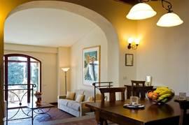 Heerlijk appartement Atelier 2 geschikt voor 2-4 personen, in authentieke Toscaanse stijl ingericht. Comfortabele salon met sofabed,, royale slaapkamer met airco en marmeren badkamer.