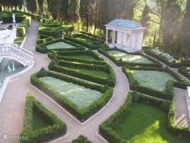 De originele Giardino Secreto met vele fonteinen, diverse sculpturen en Toscaanse tempel met koperen bladerendak...omgeven door cypressen.