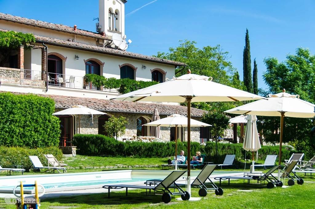 Relaxen bij het zwembad en altijd genoeg ligstoelen. Dit zwembad is exclusief voor de 3 Atelier appartementen. Er zijn nog 2 zwembaden op het lanfgoed, t,w, bij Casa delle Rose en bij Marzocco/Villetta. Zie veel meer fotos op www.villalicia.com