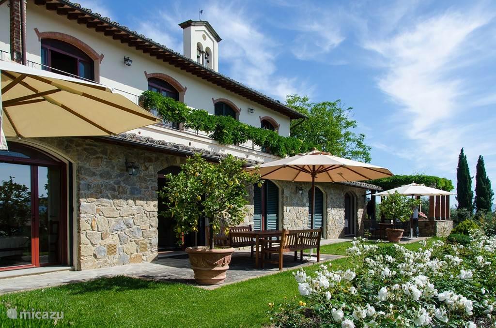 Naast uw overdekte terras ( naast Atelier 2  beschikt u over nog een klein  open terras met parasol pal voor Atelier 2