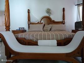 Queen size bed slaapkamer 1