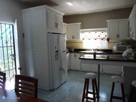 Keuken met Amerikaanse koelkast en vaatwasser
