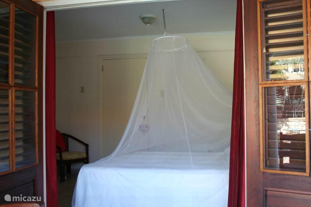 De tweede ruime zwembad slaapkamer