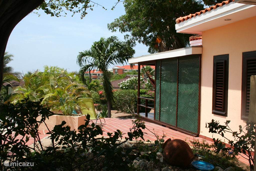 Villa Luna ligt hoog in het resort. Dat geeft een prachtig uitzicht en belangrijker nog...het huis ligt hierdoor vol op de wind waardoor het vele graden koeler is en ook de muggen een plek in de luwte zoeken in de lager gelegen huizen.