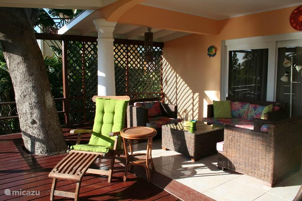 De mooie zonnige veranda vanuit de tuin gezien. Voldoende schaduw