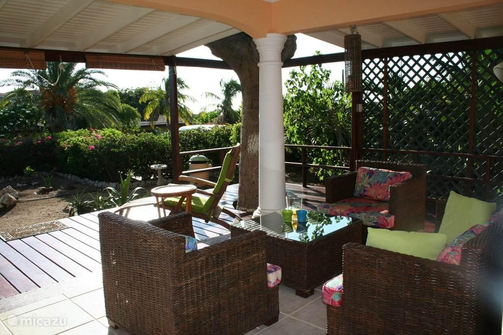 De heerlijke loungeset op de veranda