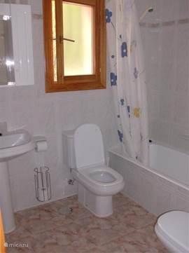 Ensuite badkamer met ligbad, toilet, bidet en wastafel