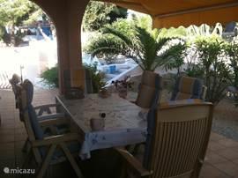 De naya (nu staat er een nieuwe tafel met stoelen, zie andere foto)