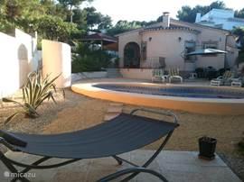 Luie hangmat bij het zwembad