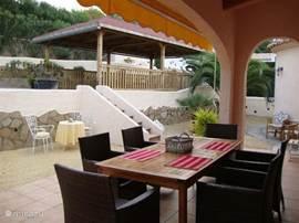 Foto vanuit de naya, het overdekte terras, een heerlijke plek om te genieten van het ontbijt of diner