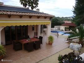 Aanzicht op de naya met daarachter het zwembad en daar omheen het heerlijke zonneterras