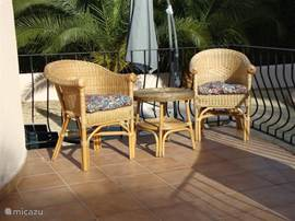 Heerlijk koffiehoekje in de zon, naast het zwembad.