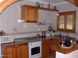 Keuken voorzien van koel vries combi, vaatawasser, combi magnetron-oven, kookgelegenheid en koffie apparaat