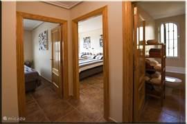Helemaal rechts de badkamer, in het midden een slaapkamer met twee eenpersoons boxsprings (0,9x2m), links slaapkamer met een tweepersoons boxspring (1,8x2m). Beide slaapkamers hebben een frans balkon met louvre deuren, inbouwkasten en airco/verwarming.