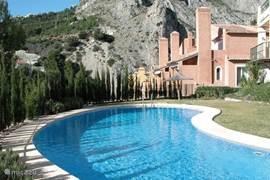 Het zwembad wordt zeer goed onderhouden en ligt in een mooie rustige tuin.