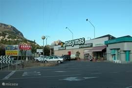 Op een afstand van 5 minuten rijden is er een supermarkt waar u al uw dagelijkse boodschappen kunt kopen. Er is ook een royale parkeergelegenheid, een pin-automaat (kleine bank), een snackbar/restaurant en een winkeltje met tijdschriften/kranten (diverse talen).