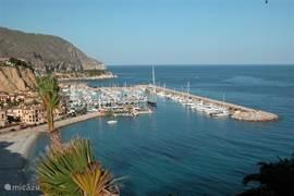 In de haven Campomanes zijn diverse bars en restaurants te vinden. Ook kunt u hier voor watersport activiteiten terecht. Er is een duikschool, u kunt jetskieën, kanoën of een zeiltocht maken (eventueel onder begeleiding).