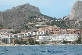 Het uitzicht vanaf zee op mascarat, waar zich casa antiope bevindt.