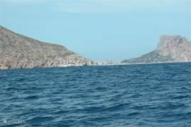 Aan de andere kant van de berg (Altea Hills), ligt de badplaats Calpe, hier vanaf zee te zien.