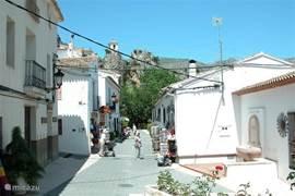 Via een weg dwars door een natuurgebied komt u uiteindelijk in het oude pitoreske plaatsje Guadeleste.