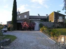 Overzicht van le Mas des Vignes aan de voorzijde in de ochtendzon.