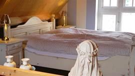 Een romantische ingerichte slaapkamer.