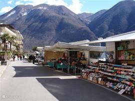 Porlezza - de markt en de boulevard langs het meer van Lugano. Een mooi stukje natuur op de achtergrond.