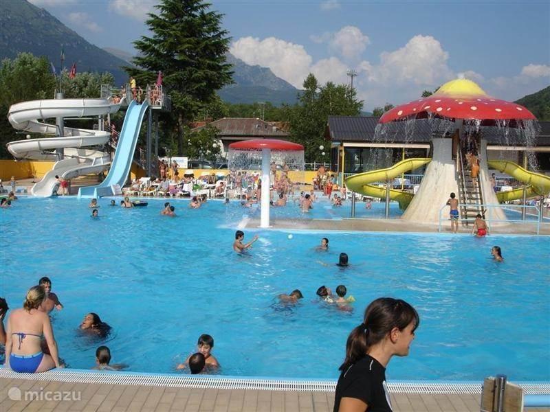 Verschillende zwembaden en water-attracties. Het zwembad bij de camping biedt verschillende baden voor verschillende leeftijden. Ook een glijbaan en waterglijbaan bieden vertier voor kinderen en jongeren.