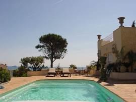 Gelegen in de mooie villawijk le Grand Boucharel tussen St Aygulf en Les Issambres,ligt een in 2007 geheel gerenoveerde oude provencaalse villa welke is gesplitst in 4 ZEER COMFORTABELE 2 PERSOONS APPARTEMENTEN.Schitterend zeezicht en zwembad
