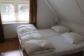 1ste slaapkamer met een 2 persoonsbed.