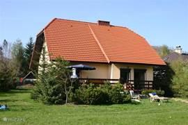 Dit is een foto van de achterkant van ons huis, genomen vanuit de heerlijke grote tuin. Op de foto zie je ook ons heerlijke terras!