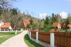 Dit is een leuk weggetje, direcht achter het huis om heerlijk rustig te wandelen en de andere mooie huizen te bewonderen!