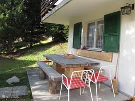 gezellig ontbijten op het terras bij opkomende zon en doorkijkje naar het dorp Fiesch