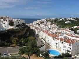 Dichtbij het strand, de winkels en restaurants (200m/75m) ligt in het gezellige vissersplaatsje Carvoeiro ons knusse appartement. Het appartement maakt deel uit van het complex Monte Dourado met gebruik van receptie, (kinder)zwembad en tennisbanen.