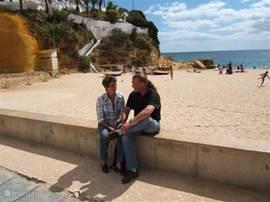 Op het muurtje bij het strandje in Carvoeiro, slechts 200m verwijderd van ons appartement