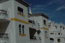 ligging, 2e etage tevens bovenste etage met twee balkons