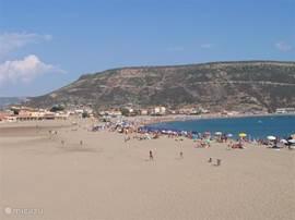 Bosa Marina het strand is heerlijk breed dus ruimte genoeg zoals je kunt zien op deze foto.